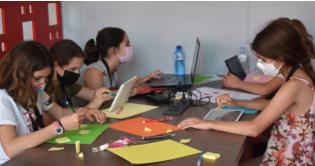 Unes trenta joves creen solucions tecnològiques en economia circular a la segona edició de la HackGirl